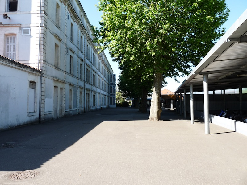 Cour + ancien bâtiment
