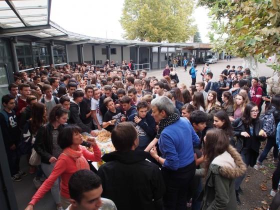 10.-La-ruée-vers-le-goûter-pour-plus-de-300-élèves-affamés--560x420